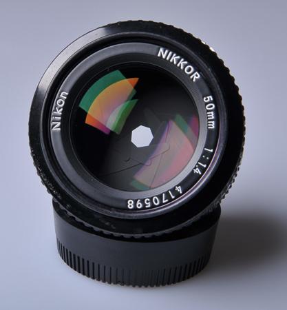 Bilah aperture dalam keadaan tertutup (bukaan kecil)