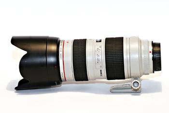 Salah satu lensa kualitas tinggi Canon berlabel L dan berwarna putih. Lensa ini memiliki harga sekitar dua puluh juta rupiah.