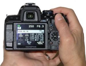 Olympus E-620 termasuk salah satu kamera DSLR termungil