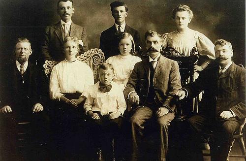 Foto keluarga jaman dulu ini terlihat solid karena jenis pakaian yang dipakai dan di proses monokrom / hitam putih-sepia