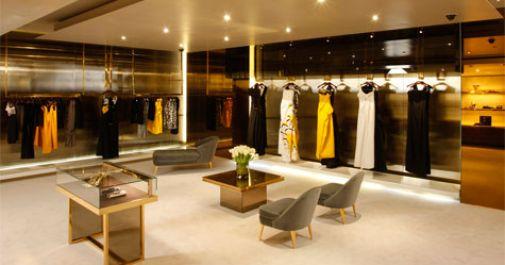 Toko Gucci terlihat mewah karena pilihan warnanya terbatas (sekitar 2-3 warna), Saturasi warnanya tidak tinggi, tampilannya sederhana, barang-barang yang ditampilkan tidak terlalu rapat.