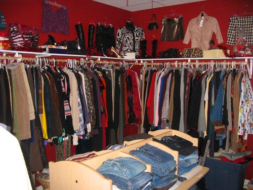 Bandingkan dengan toko pakaian bekas: Barang-barangnya banyak dan rapat, pilihan warnanya banyak dan saturasinya cukup tinggi. Barang yang dijual banyak variasinya