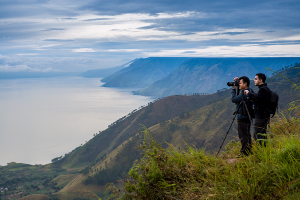 Di ujung bukit memandang Danau Toba
