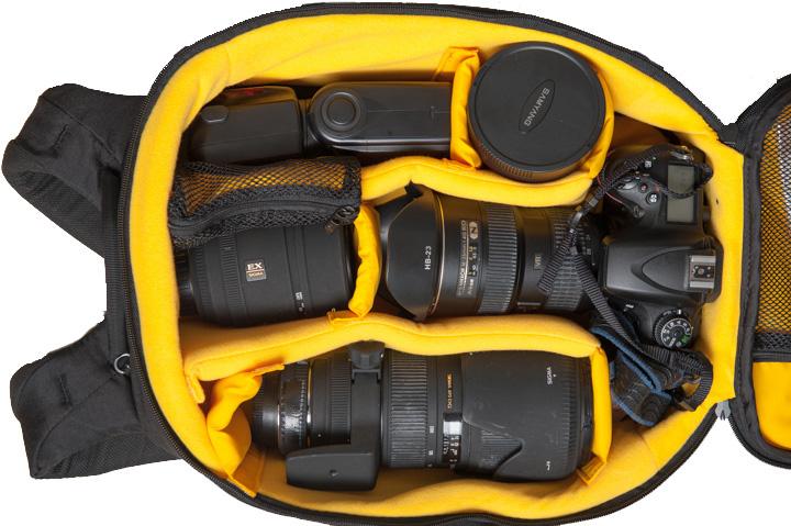 Kompartemen utama tas kamera ransel ini bisa muat banyak, termasuk 1 kamera DSR, lensa telefoto 70-200mm f/2.8+teleconverter terpasang, 3 lensa berukuran sedang, dan sebuah flash profesional.