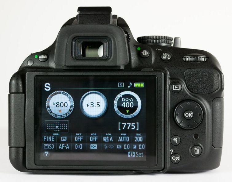 Nikon D5200 memiliki tampilan LCD yang lebih ilustratif sehingga mempermudah untuk belajar fotografi