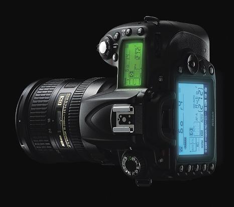 Keunggulan Nikon D90 yang paling jelas yaitu dari fisiknya yang memiliki LCD tambahan dan tombol-tombol yang lebih lengkap