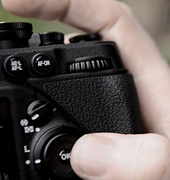 Kelengkapan tombol dan roda kendali setara dengan kamera canggih Nikon seperti Nikon D700 dan D800