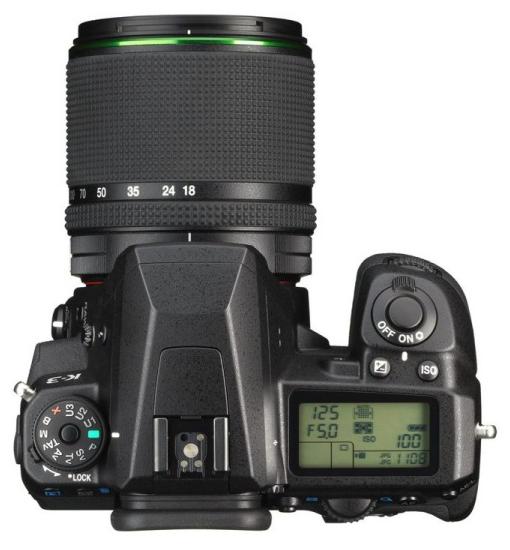 Pentax K3 dari atas terpasang dengan lensa 18-135mm f/3.5-5.6 WR