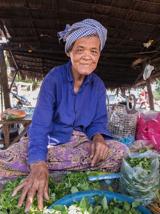 Penjual sayuran di pasar tradisional Kamboja. Meskipun miskin, tapi nenek ini tetap happy dalam menjalani hidup. ISO 160, 28mm (ekuiv. FF, f/2.5, 1/90 detik). Dengan kamera compact saya bisa membuat foto yang lebih intimate tanpa mengintimidasi subjek foto.