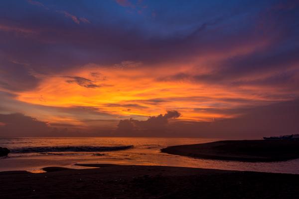 Sunset dan Sunrise di Bali biasanya sangat dramatis