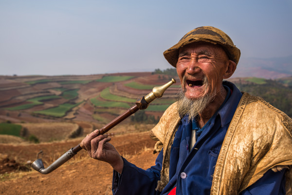 Kakek fotogenik ini setiap pagi nongkrong di depan area music hollow (yuepuao hollow). Dari posenya yang rileks, sepertinya kakek ini memang model pro, atau emang narsis :)