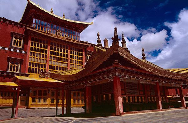 Pintu utama Ganden Sumtseling  - foto dari Wikipedia