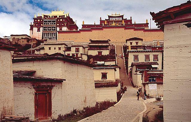 Jalan ke puncak monastery