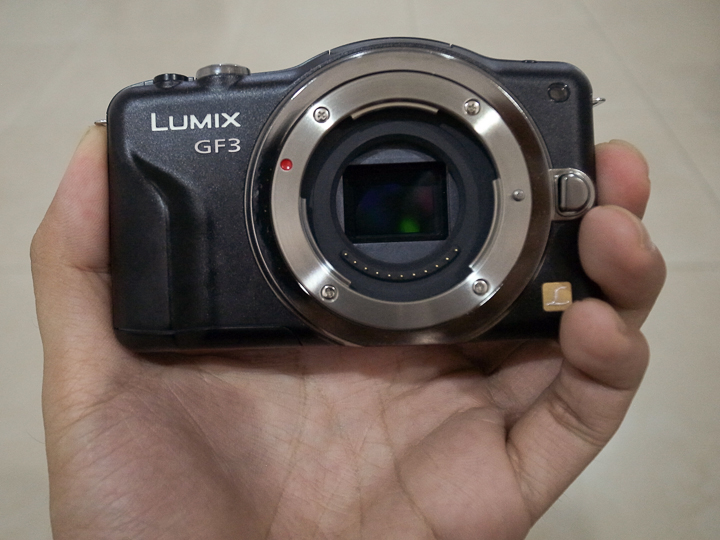 Ukurannya sedikit lebih besar dari kamera compact biasa