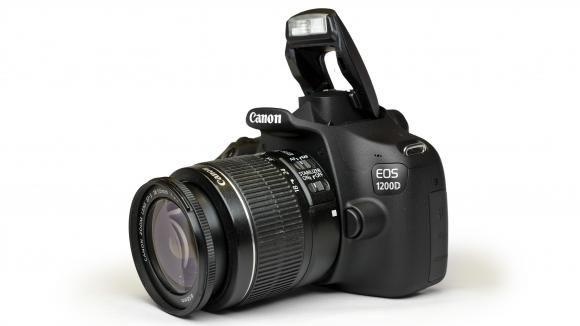 Canon akhirnya meluncurkan produk kamera dslr baru yaitu canon eos 1200d canon 1200d ini akan menjadi pengganti canon 1100d dengan harga yang cukup