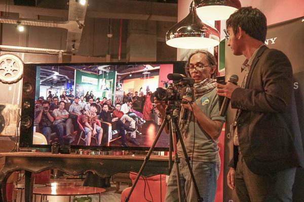 Oom Benny Kadarhariarto dan Hafiz (tim Sony) sedang mendemokan kamera Sony A7S