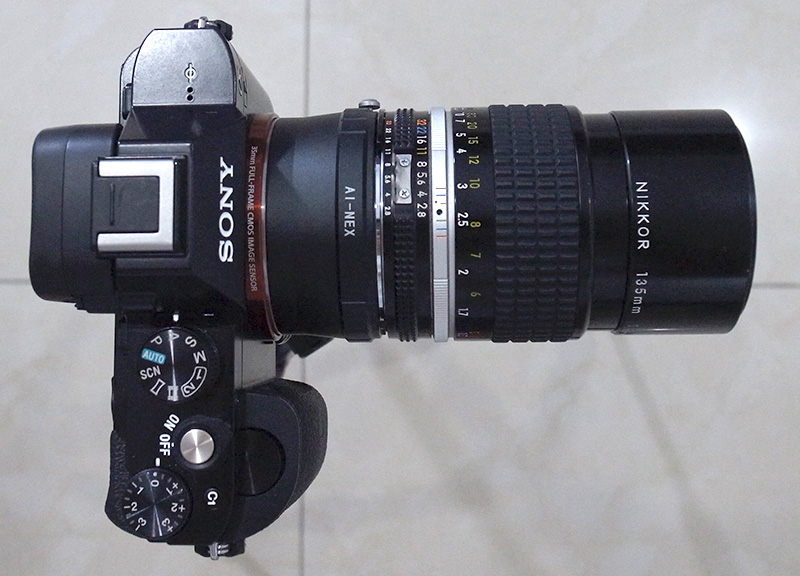 Sony A7 dan Nikon 135mm dengan adapter dilihat dari atas