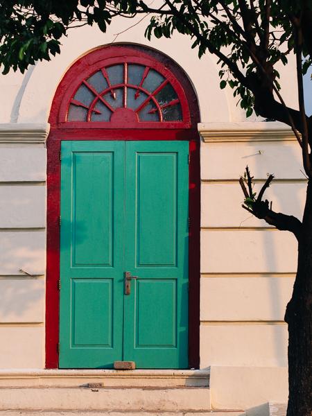 Pintu, jendela bangunan jaman dahulu selalu menarik perhatian saya. Terutama kombinasi warna, cahaya matahari dan bentuk pohon yang membuat sedikit kesan harmonis dengan alam.