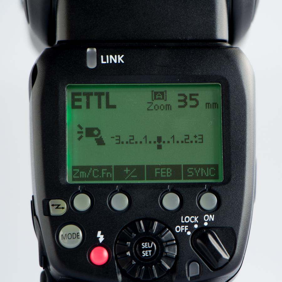 Layar LCD flash Shanny terang dan mudah dilihat. Pengoperasian juga mudah berkat kelengkapan tombol dan huruf/angka di layar yang sangat jelas