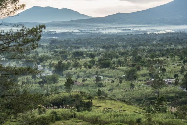 Pemandangan dari Puncak Lawang di pagi hari