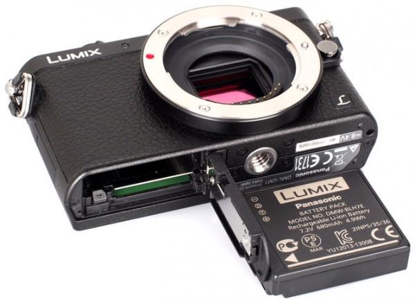 Kamera mirrorless dengan baterainya