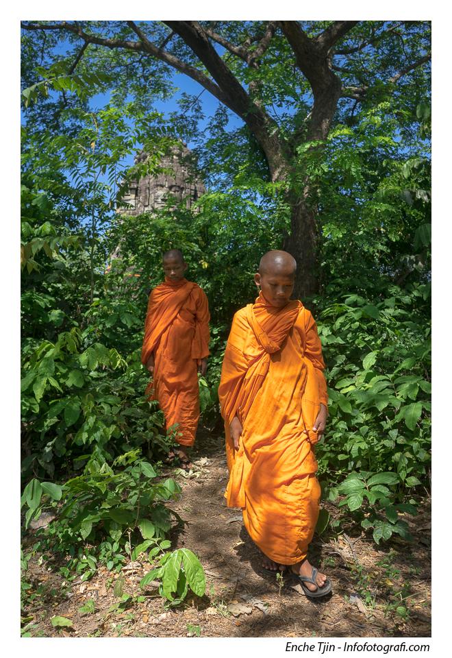 Dua Bhiksu kecil berjalan meninggalkan salah satu menara di Banteay Chhmar. ISO 100, f/5.6, 1/320 detik