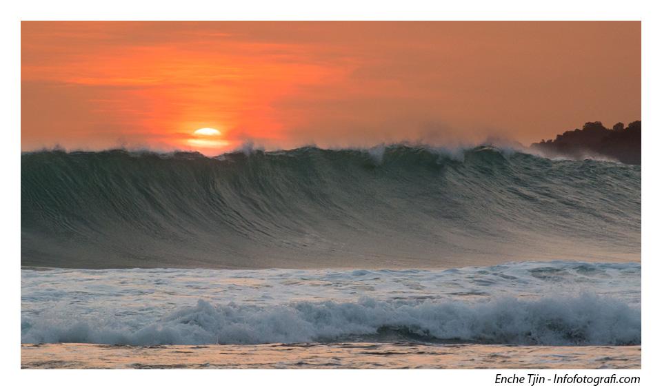 sawarna-sunset-ombak