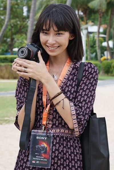 Fotografer fashion terkenal Nicoline Patricia Malina berpose dengan sony A7R mk II dan lensa Sony Zeiss 35mm f/2.8. Ukuran yang ringkas tapi kualitasnya sangat bagus menjadi daya tarik utama sistem mirrorless full frame Sony ini.