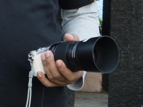 Saya lebih sering menggenggam lensa saat membawa kamera ini