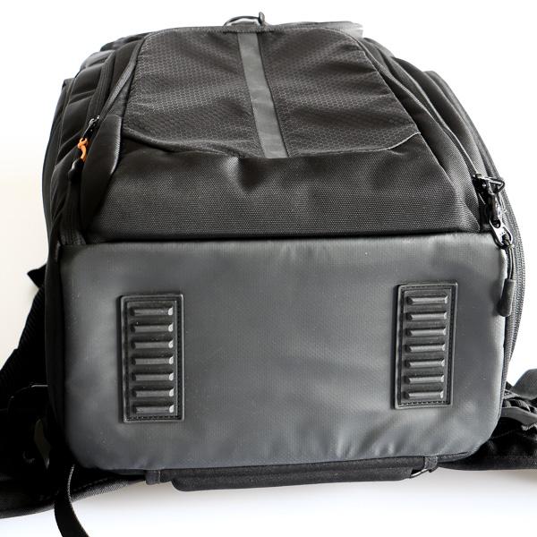 Saat di letakkan di meja, atau lantai, tas dapat berdiri sendiri.