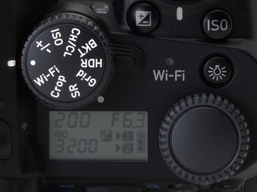 Sesuatu yang tidak umum dijumpai di kamera lain : roda pengatur setting multi fungsi, lebih cepat daripada mengganti setting via menu.