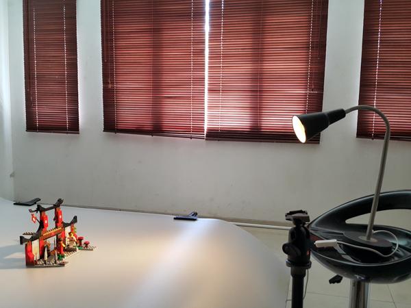 Setting dengan lampu meja
