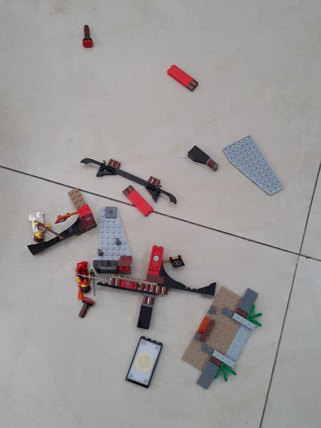 Lego yang jatuh dan hancur berkeping-keping