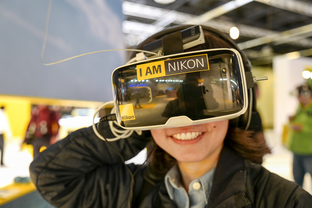 Iesan sedang menikmati hasil video kamera Nikon keymission 360 lewat alat virtual reality.
