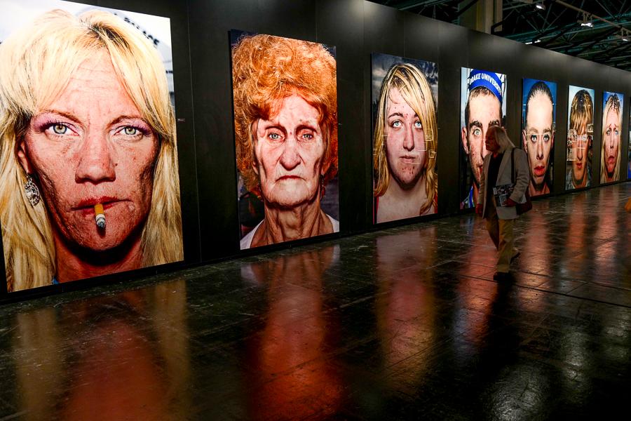 Karya photojournalist Bruce Gilden di Leica Gallery Hall 1. Ukurannya lebih tinggi dari manusia pada umumnya.
