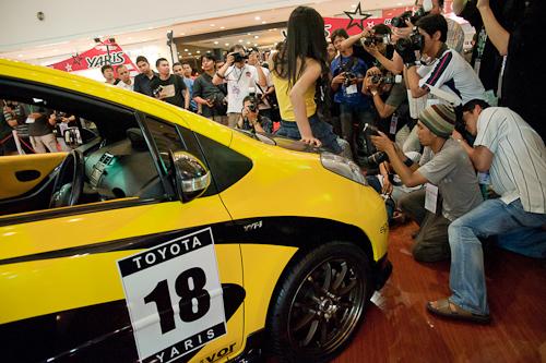Acara foto gratis dengan model ini untuk mempromosikan Toyota Yaris. Makin murah acaranya makin rame, tapi makin sedikit ilmu dan pengalaman yang bisa didapatkan di acara model seperti ini.
