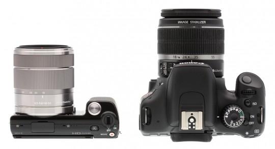 Sony NEX-5 (kiri) memiliki badan kamera yang sangat mungil, tapi lensanya hampir sebesar lensa kamera DSLR