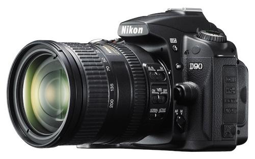 Lensa Nikkor 18-200mm dipasangkan di kamera Nikon D90