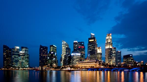 Pemandangan malam di Singapura ini tidak akan maksimal kualitasnya jika tidak mengunakan tripod. ISO 200, f/11, 5 detik