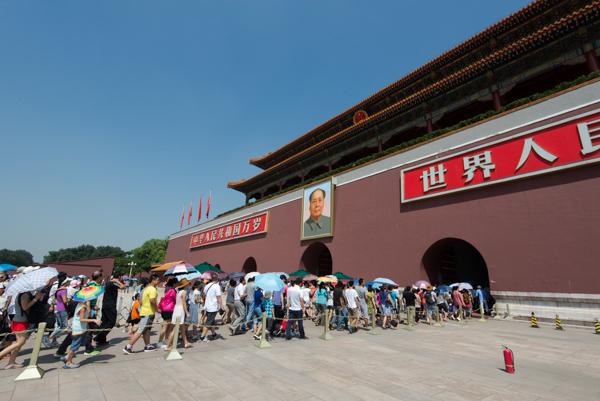 Memasuki pintu gerbang Tian An Men, menuju kompleks kota terlarang (Forbidden City)
