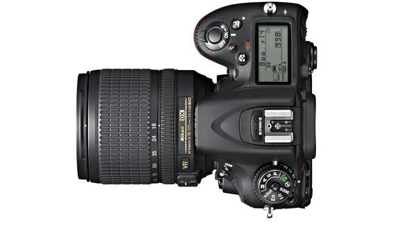 Nikon D7100 kamera yang termasuk canggih, tapi beli kamera ini atau lensa baru aja ya?