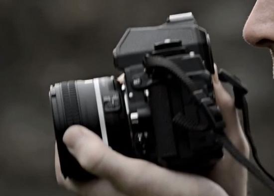 Nikon Df terlihat tipis dari samping. Terpasang Nikkor 50mm f/1.8G versi baru