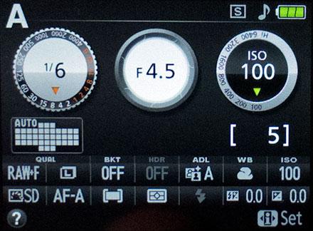 Antarmuka Nikon D5200 yang ilustratif. Gambar bukaan/diafragma akan membesar dan mengecil sesuai dengan nilai F yang disetting.