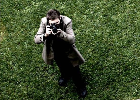 Nikon DF ditangan fotografer. Diambil dari video teaser.