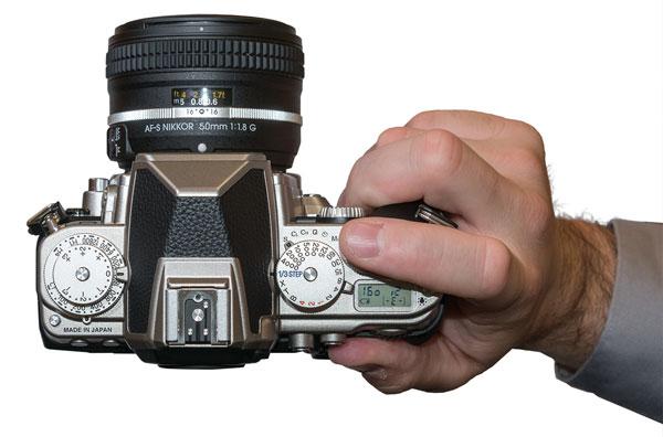 Bagian atas kamera Nikon Df yang penuh dengan tuas dan roda. Foto dari dpreview.com