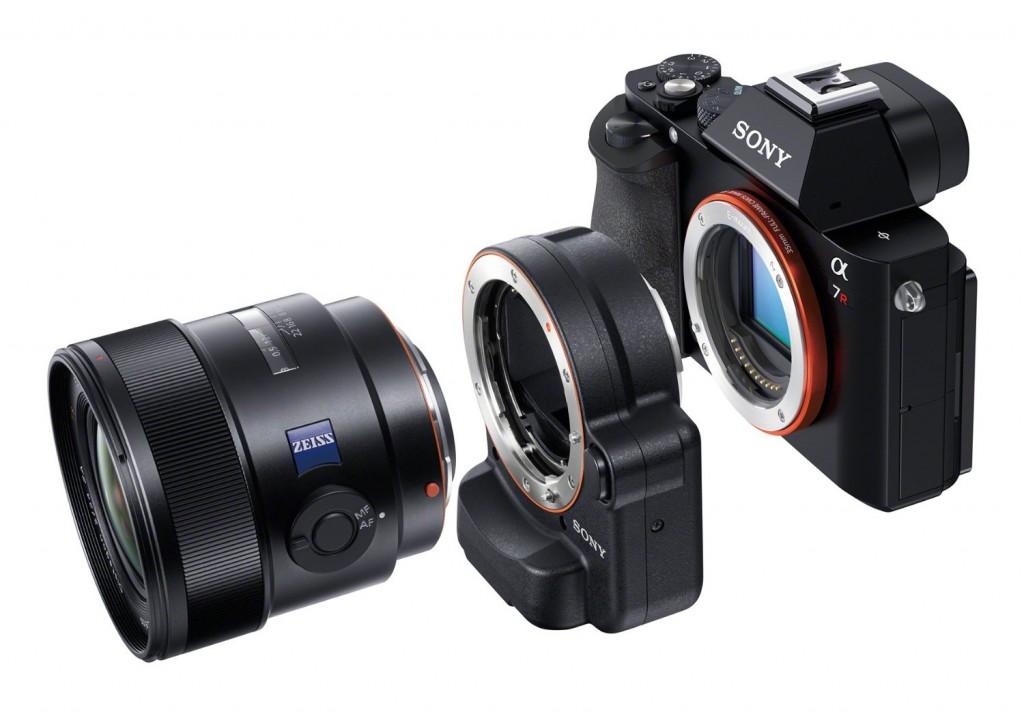 Tengah: Adaptor LA-EA4 dapat menghubungkan lensa Sony Alpha untuk DSLR/SLT ke sistem mirrorless Sony