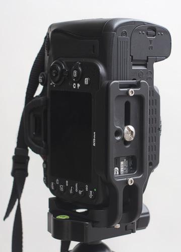 L Bracket Nikon D600-D6100 lebih pas di badan kamera, tapi cover layar plastik harus dilepas.