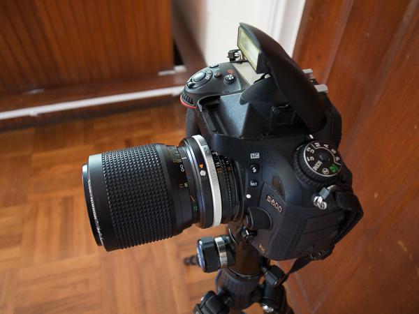 Ukuran lensa terlihat relatif kecil saat dipasang di Nikon D600