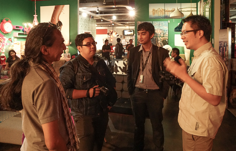 Bincang-bincang setelah acara dengan Oom Benny, Indra (dari TeknoUp) dan Hafiz (Tim Sony)