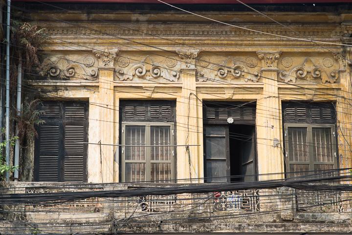 Bangunan tua dengan kabel listrik yang banyak sekali di Old Quarter, Hanoi, Vietnam